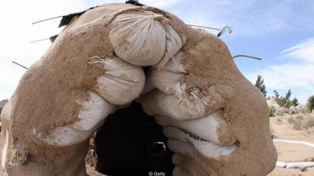 Sacos com mistura de terra com cal empilhados uns sobre os outros