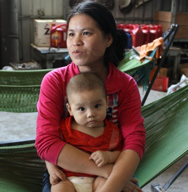 Hing Muoyheng, la esposa de Long, y su bebé