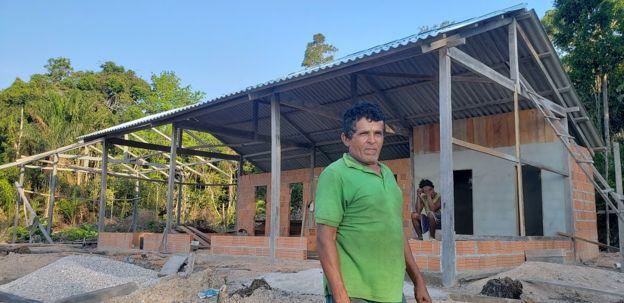 O ribeirinho Antônio Martins Queirós na frente de sua pousada em construção