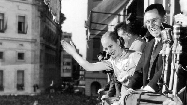 """Juan Domingo Perón saluda desde el balcón de la Casa Rosada, junto con su famosa esposa, """"Evita"""", en 1950."""