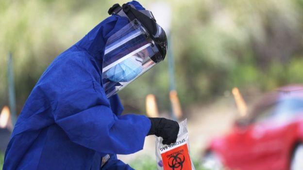 Un voluntario con PPE en California.