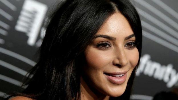 Kim Kardashian West chega a entrevista para uma emissora de TV