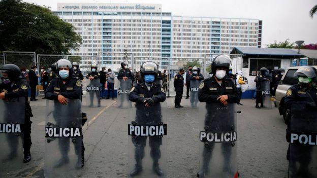 Policías en fila afuera del hospital Edgardo Rebagliati, en Lima.