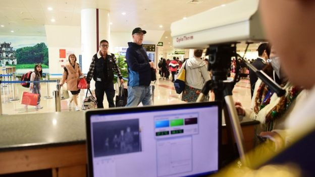 Hành khách đến Việt Nam từ các vùng dịch khi nhập cảnh sẽ được theo dõi bằng máy đo thân nhiệt.