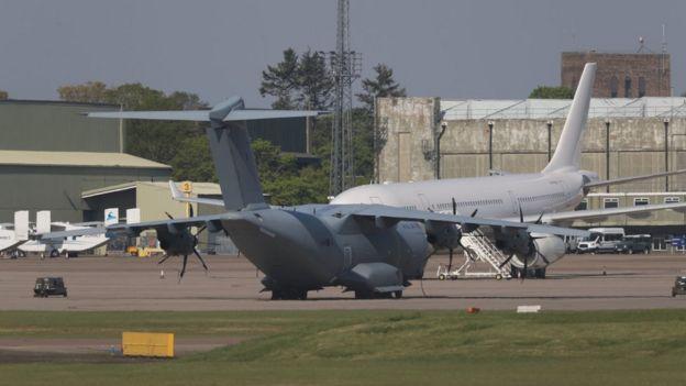 Nisan ayında İngiltere'nin Türkiye'den alacağı kişisel koruyucu ekipman sevkiyatı gecikmiş, İngiltere Kraliyet Hava Kuvvetleri'ne ait kargo uçakları 22 Nisan'da Türkiye'ye giderek ekipmanı teslim almıştı.
