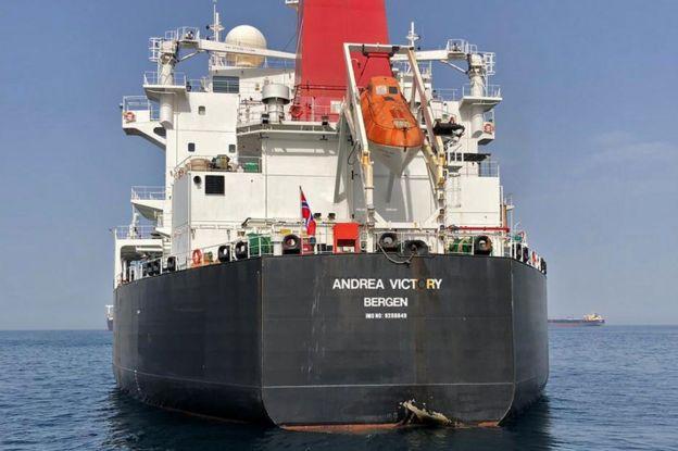Daños al casco del petrolero noruego Andrea Victory, producidos en lo que fue calificado de