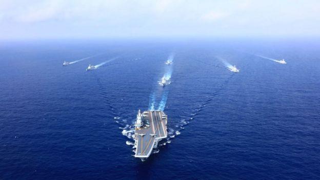 Một hạm đội Hải quân Quân đội Nhân dân Trung Hoa bao gồm tàu sân bay Liêu Ninh, tàu và máy bay chiến đấu tham gia vào một cuộc diễn tập hồi tháng 4/2018 trên Biển Đông
