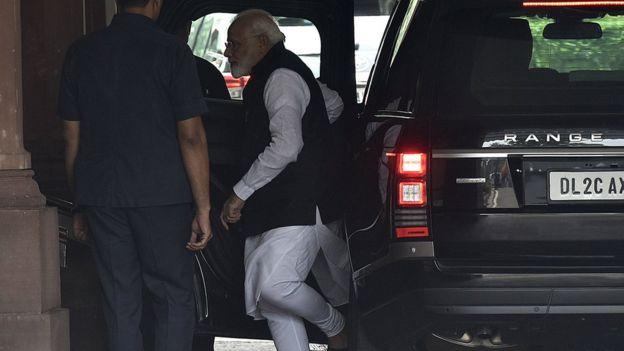 نخستوزیر هند در راه رفتن به پارلمان در روز دوشنبه