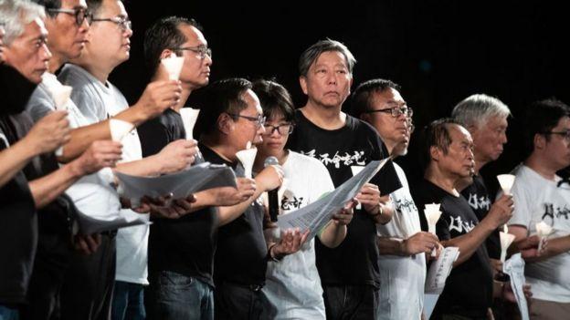 Chou Hang Tung (nữ, đeo kính) cùng các nhà hoạt động dân chủ phát biểu tại buổi lễ tưởng niệm hôm 4/6/2019