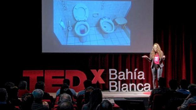 Mayra Arena durante la charla Ted.