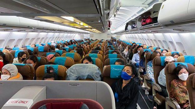 Sejumlah Warga Negara Indonesia (WNI) berada di pesawat Garuda yang disewa khusus di Bandar Udara Internasional Velana, Maldives, Jumat (24/04).