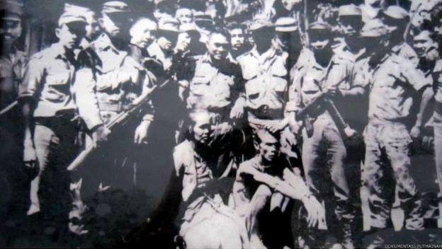 Tentara menangkap dan memamerkan sejumlah orang yang diduga anggota dan simpatisan PKI di Blitar, Jawa Timur salah satunya adalah Putmainah, tokoh Gerwani dan anggota DPRD dari Fraksi PKI di Blitar.