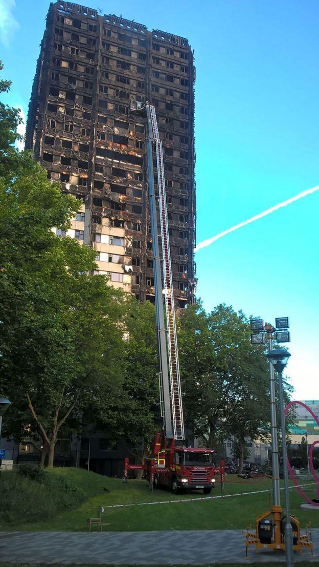 Пожарные осматривают дом