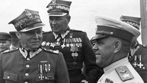 маршалы Жуков и Рокоссовский получают награды от польских военных, 1945 год