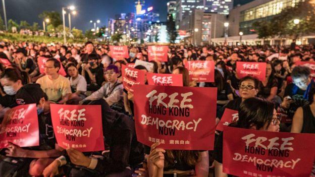 周三晚(26日),成千上万的香港市民穿着黑衣出席集会,反对修订《逃犯条例》,促请各国领袖在G20峰会为香港发声。