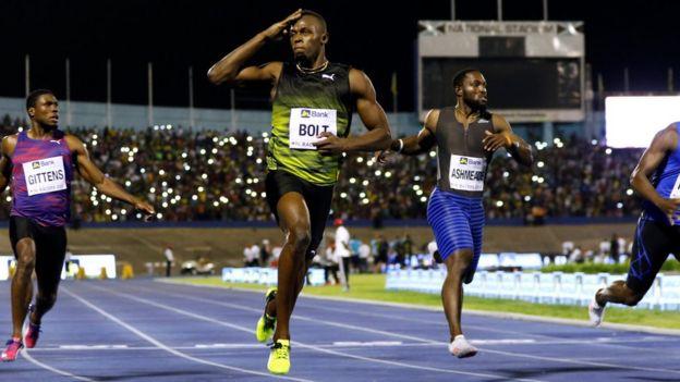 Usain Bolt con otros dos competidores