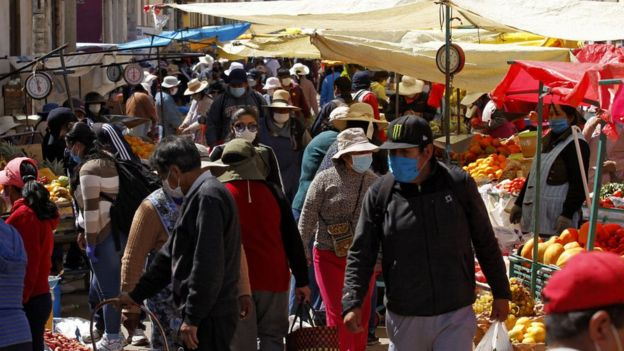 Gente comprando en un mercado de Bolivia