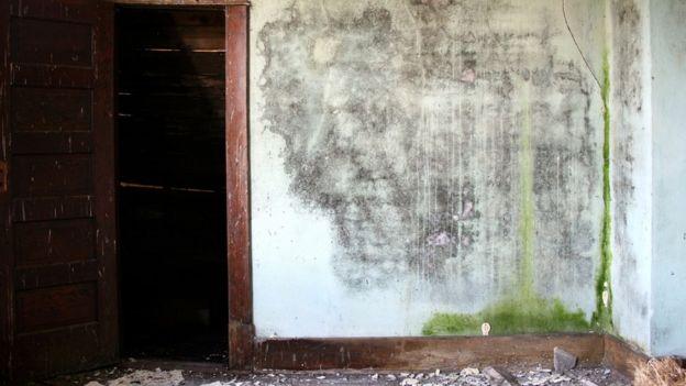 Quarto com mofo na parede