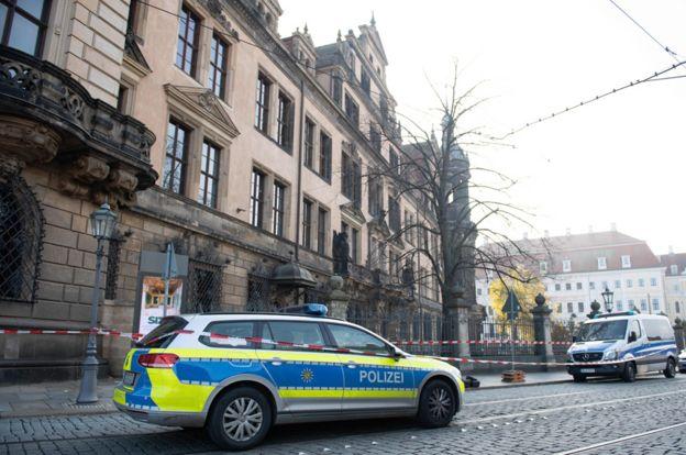 Presencia policial frente al Palacio Real de Dresde.