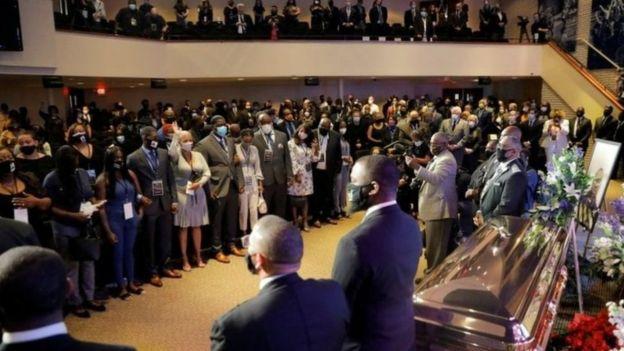 سوف تُجرى مراسم تأبين أخرى في مسقط رأس فلويد بولاية نورث كارولينا يوم السبت، وفي بلدته في هيوستن يوم الاثنين