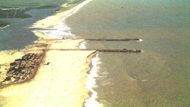 O canal do Furado com a retenção dos sedimentos a Sul dos guia-correntes e erosão pronunciada a norte