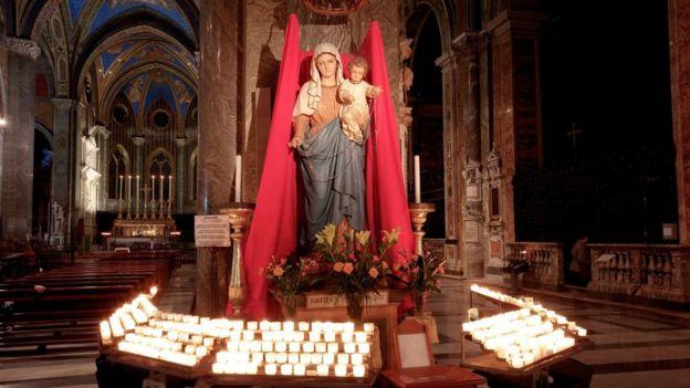 Estatua de María y Jesús en Santa María sobre Minerva