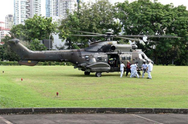 新加坡空军直升机将伤者送往医院治疗
