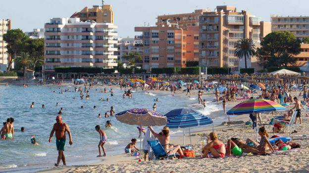 Pessoas na praia na ilha de Maiorca, na Espanha