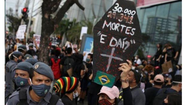Manifestação critica descaso com o coronavírus