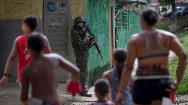 Militar durante policiamento no Rio