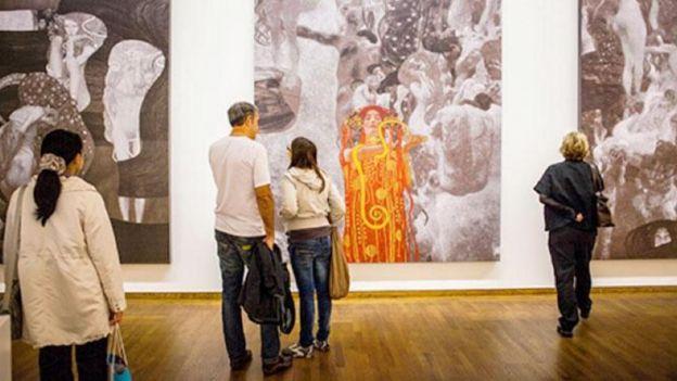 克里姆特名为《医学》的扭曲裸女图(为维也纳大学大礼堂天花板所作的第二幅画)引起了更大的骚动(此图中还可见克里姆特另外两幅作品《哲学》和《法学》)。