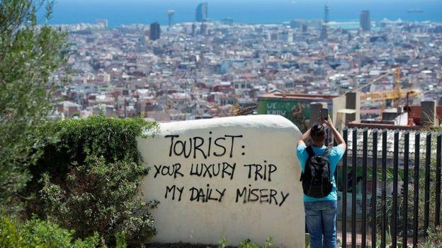 Turis memotret Barcelona dari puncak bukit