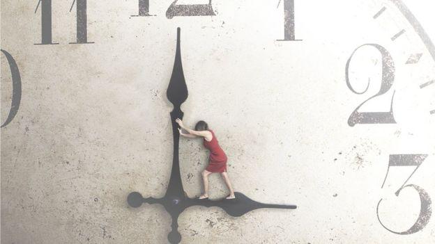 Mujer intentando mover la manecilla del reloj en dirección contraria