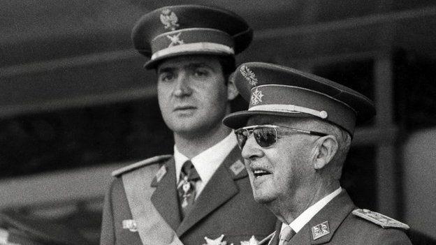 На фото, снятом на военном параде в Мадриде 10 июня 1971 года, Хуан Карлос, тогда еще принц, и генерал Франко