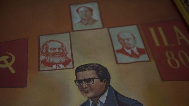 Abimael Guzman junto a los retratos de Marx, Lenin y Mao Zedong.