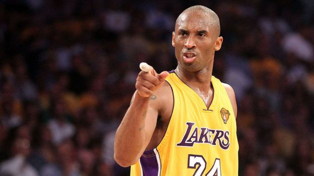 Kobe Bryant jugando baloncesto