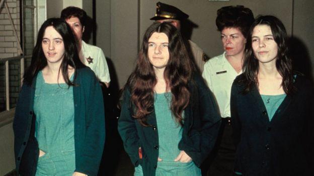 Susan Atkins (izqda.), Patricia Krenwinkel y Leslie Van Houten,(derecha)