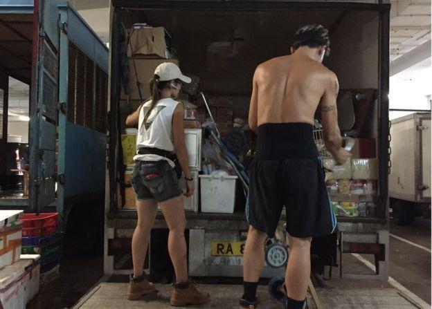 小珠的工作就是將貨物送到各家店鋪。