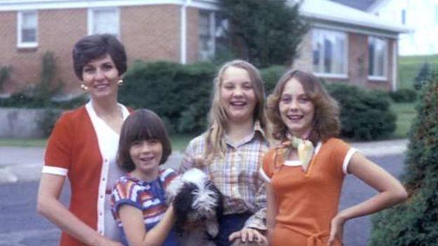 Jan con su madre y sus hermanas