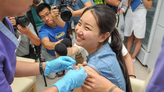 Una mujer siendo vacunada contra el VPH en China.