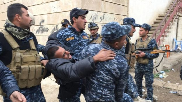 نیروهای پلیس عراق در حال نجات یکی از همرزمان