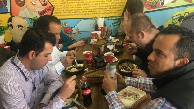 Clientes disfrutan de un plato venezolano en Budares (Foto: Boris Miranda)