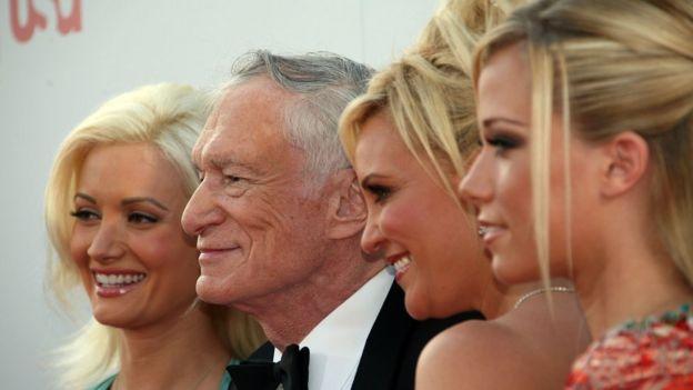 Hefner, con algunas de sus modelos, en un acto en el Kodak Theater de Hollywood.
