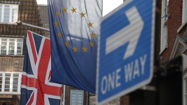 Una bandera de Reino Unido y otra de la Unión Europea