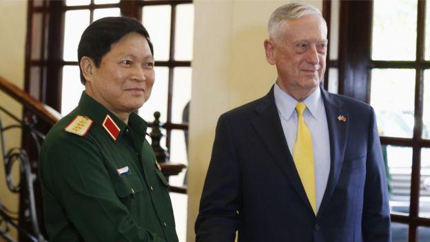 Bộ trưởng Quốc phòng Mỹ Jim Mattis gặp Bộ trưởng Quốc phòng Việt Nam Ngô Xuân Lịch ở TP HCM hôm 17/10/2018
