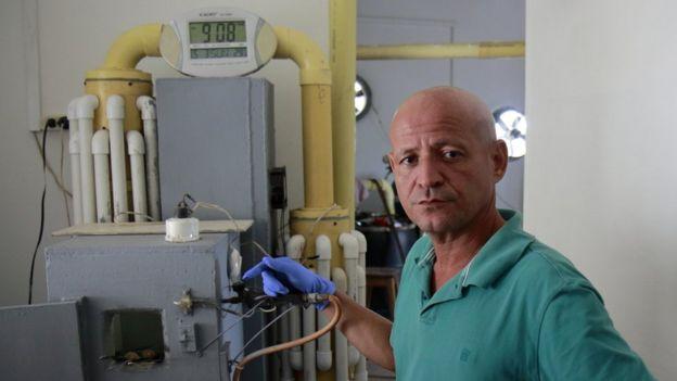 José Gaviria junto a su máquina modelo Pinta, que permite recuperar el mercurio.