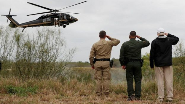 Ông Trump giương tay chào một chiếc trực thăng của tuần tra biên giới bên Sông Rio Grande