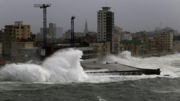 Havana'da kıyı şeridine vuran dalgalar