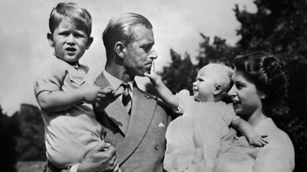 Công tước xứ Edinburgh và Nữ hoàng Elizabeth II và các con đầu, năm 1951