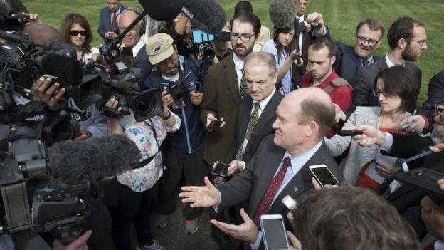 Delaware Demokratik Senatör Senarist Chris Coons (merkez), ABD Senatörleri ve Trump yönetimindeki yetkililerin katıldığı Kuzey Kore hakkında Eisenhower İcra Dairesinde (26 Nisan 2017) yapılan bir brifing sonrasında gazetecilere konuşuyor.